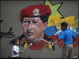 Retrato del presidente Chávez en un muro (foto de archivo)