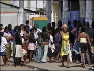 اصطفاف في طوابير للحصول على المواد الغذائية في موزمبيق