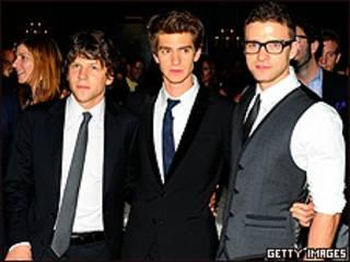 De izquierda a derecha, Jesse Eisenberg, Andrew Garfield y Justin Timberlake