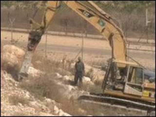 Escavadeira opera em assentamento judeu na Cisjordânia
