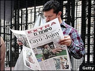 """Un hombre lee un periodico con la noticia de la muerte del """"Mono Jojoy"""""""