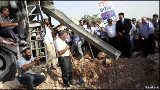 مجموعة من مؤيدي الاستيطان بالضفة الغربية المحتلة