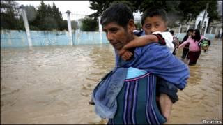 मेक्सिको के दक्षिणी प्रांतों में भारी बारिश से नदियाँ उफान पर हैं
