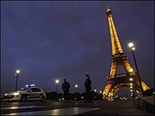 Paris'te Eyfel Kulesi ve polis
