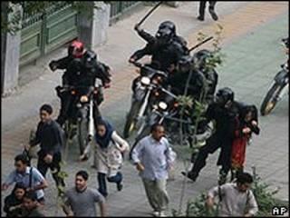 Repressão a protestos em Teerã em junho de 2009 (arquivo)