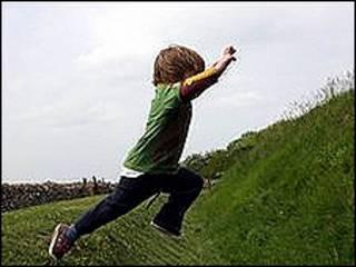 Un niño saltando
