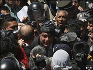 Rafael Correa escapa del cuartel en que se encontraban los policías amotinados.