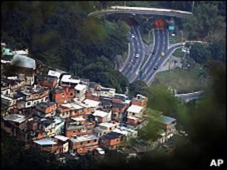 Vista de una autopista desde una favela en Río de Janeiro