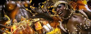 Una mujer baila en el carnaval de Brasil