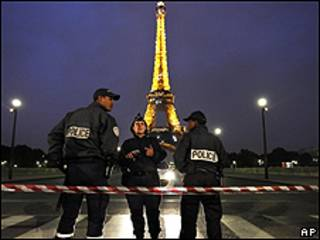 Policías frente a la Torre Eiffel de París