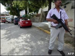 Policial em Acapulco (Foto: AFP)