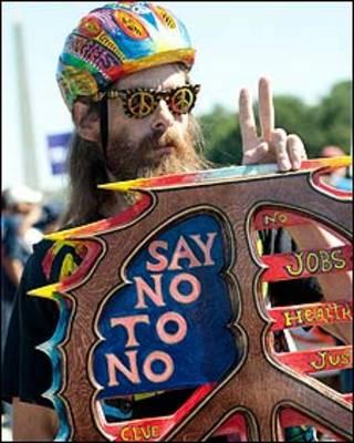 """Manifestante con un cartel que dice """"Di no al no""""."""