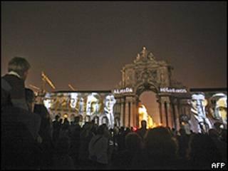 Multidão reunida para participar da celebração do centenário da República em Lisboa (AFP)