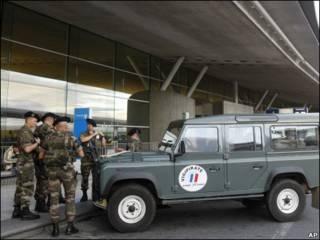 قوات فرنسية في مطار رواسي شارل ديجول بباريس