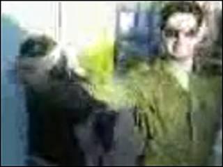 Mulher palestina aparece amarrada, vendada e com o rosto voltado para uma parede. Foto: Reprodução