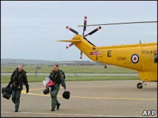 Капитан экипажа вертолета и принц Уильям возвращаются на базу