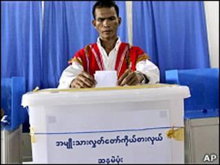 မြန်မာနိုင်ငံမှာနမူနာမဲပေးပြစဉ်