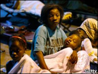 Жительница Гаити с детьми после землетрясения