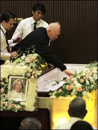 Ông Lý Quang Diệu tiễn biệt vợ