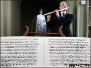 John Hall interpreta un fragmento del concierto en los Archivos Nacionales de Escocia