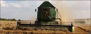 Maquinaría pesada en una granja