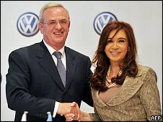 Martin Winterkorn, presidente de la junta ejecutiva de Volkswagen y Cristina Fernández, presidenta de Argentina