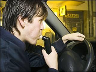 Un conductor usa el alcolock (Foto: Asociación de Automovilistas Abstemios de Suecia).