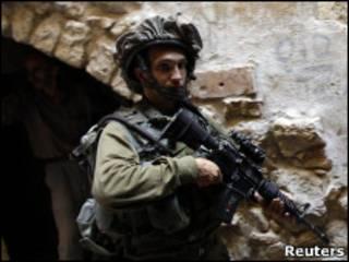 جندي إسرائيلي في مدينة الخليل