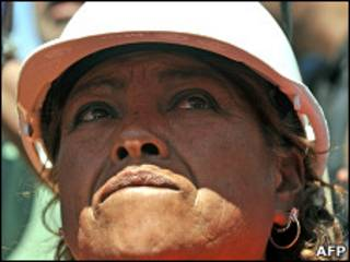 Мария Сегови, сестра одного из шахтеров, следит за ходом работ