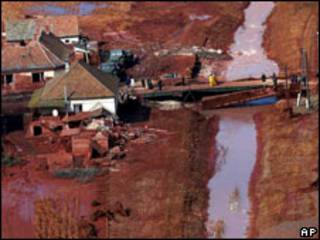Vista aérea de la presa colapsada
