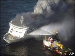 Bombeiros combatem fogo no barco Lisco Gloria