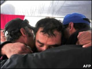 Familiares de mineiros presos comemoram o fim da perfuração
