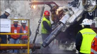 चिली में खनिकों को बाहर निकालने का काम जारी