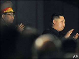 Ким Чен Ун (справа)