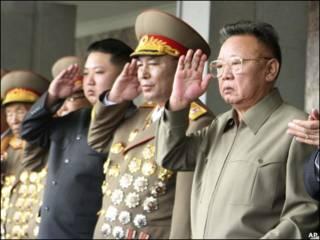 الزعيم الكوري الشمالي(أقصى يمين) وولده يتوسط اثنين من القادة العسكريين