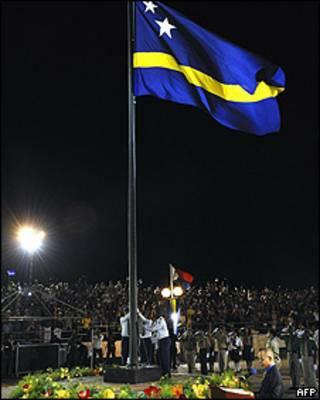 Ceremonia de izado de la bandera de Curaçao en Willemstad.