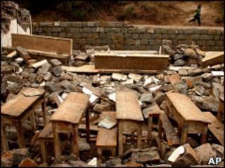 مدرسة محطمة في زلزال باكستان عام 2005