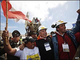 चिली में  खदान में फंसे खनिकों को निकालने की कोशिश