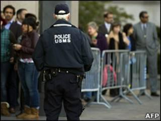 Люди возле здания манхэттенского суда