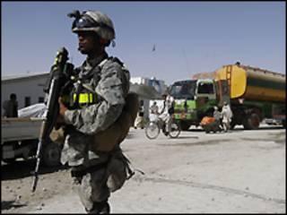 جندي من الناتو في افغانستان