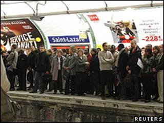 Parisienses aguardam em estação do metrô de Paris (Reuters)