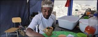 Omar Reygadas, hijo de uno de los mineros atrapados, se prepara el desayuno en una carpa. Imagen de archivo: 20/09/10