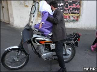 دانش آموز سوار بر موتور