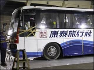 菲律賓警方檢驗被劫持的香港康泰旅行社巴士(30/08/2010)
