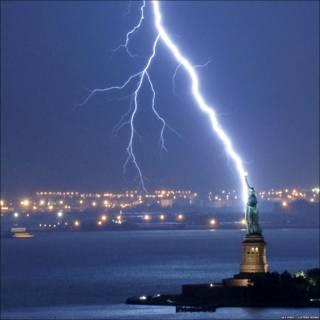 Foto de Jay Fine de un rayo cayendo en la Estatua de la Libertad