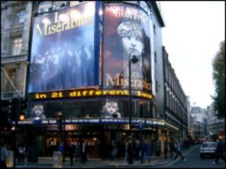在The Queen's Theare上演的《悲惨世界》的招牌异常醒目