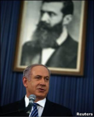 Премьер-министр Израиля Биньямин Нетаньяху и портрет основателя современного сионизма Теодора Герцля