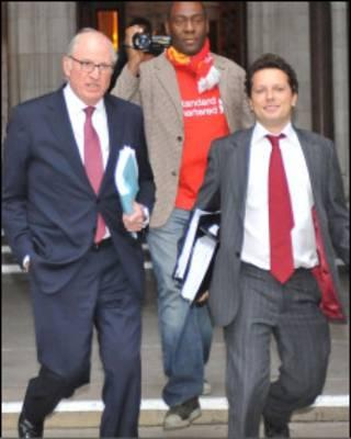 """Юристы """"Ливерпуля"""" у здания Высокого суда в Лондоне"""