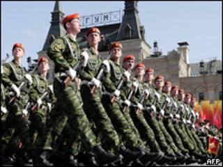 Российские военнослужащие на параде на Красной площади