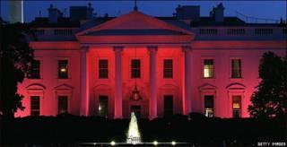 Casa Blanca teñida de rosa